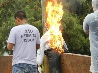 Boneco do ministro Ricardo Barros foi queimado ontem em Dourados (Foto: Helio de Freitas)