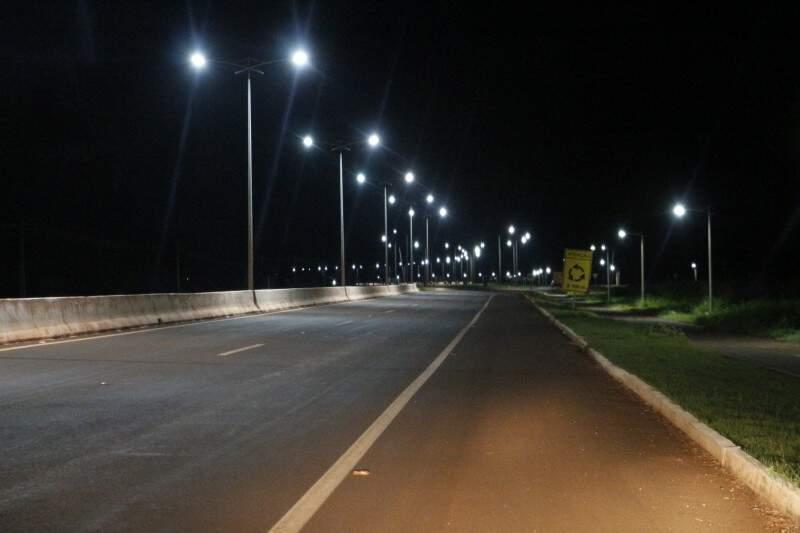 Iluminação só funciona em dois trechos da rodovia (Foto: Helio de Freitas)