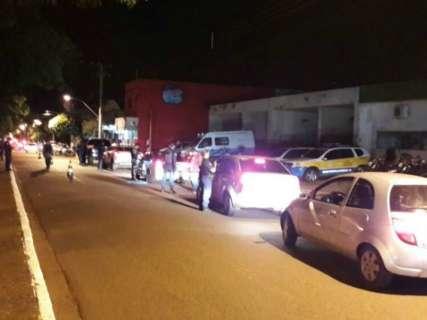 """Polícia apreende 17 veículos durante blitz no """"fervo"""" de Dourados"""