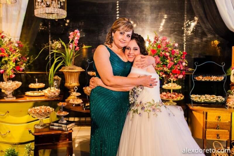 Com a mãe, Maria Denise, que entendeu como ninguém quão importante era ter o vestido dos sonhos no grande dia. (Foto: Alex Doreto)