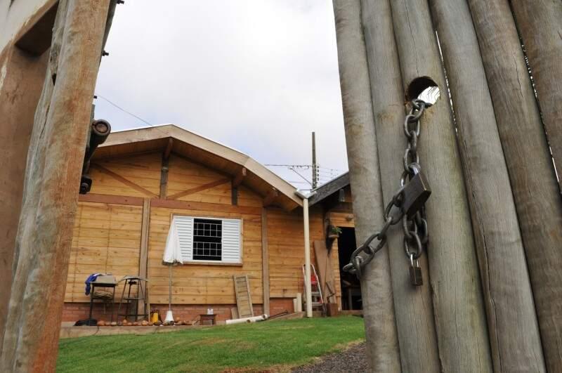 Para fazer jus ao estilo rústico, Guilherme fez até portão de madeira, fechado com corrente e cadeado. (Foto: Alcides Neto)