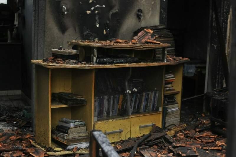 Quase todos os móveis da residência foram consumidos pelo fogo. (Foto: Alcides Neto)
