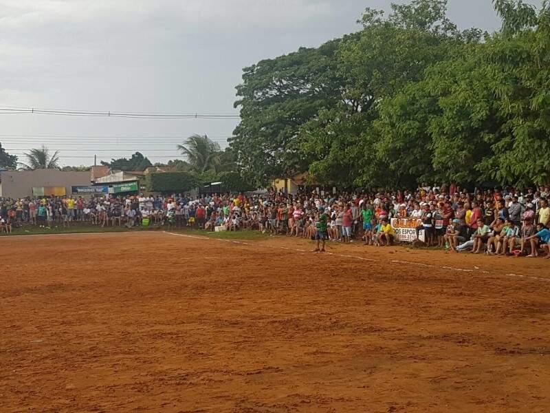 Os torcedores ao redor do campo, separados apenas por uma linha no chão (Foto: O. Arnoud)