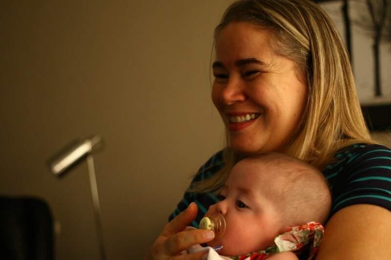 Sorriso estampa a felicidade que não cabe no coração da mãe. (Foto: André Bittar)