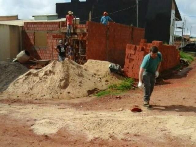 Vítima foi baleada em frente à casa em construção (Foto: Porã News)