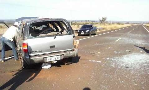 Após pneu estourar, mulher perde controle de direção e capota camionete