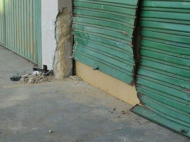 Porta ficou danificada, após acidente envolvendo carro e moto (Foto: Alcides Neto)