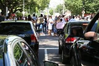 Semáforos abrem, mas trânsito continua impedido (Foto: Marcos Ermínio)