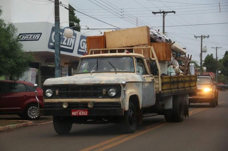 Pela cidade são vistas caminhonetes com móveis de famílias que deixaram suas casas. (Foto: Marcos Ermínio)