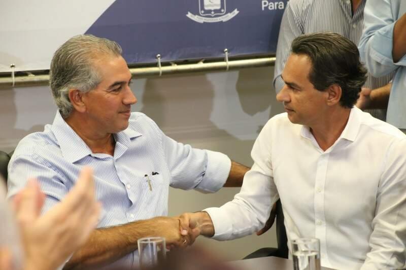 Reinaldo e Marquinhos disseram que situação de emergência exige tapa-buraco em vez de recapeamento.  (Foto: Marcos Ermínio)