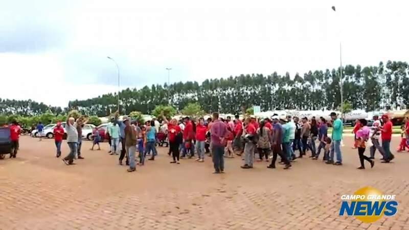 Após conversa com PM, manifestantes deixam usina cantando o Hino Nacional