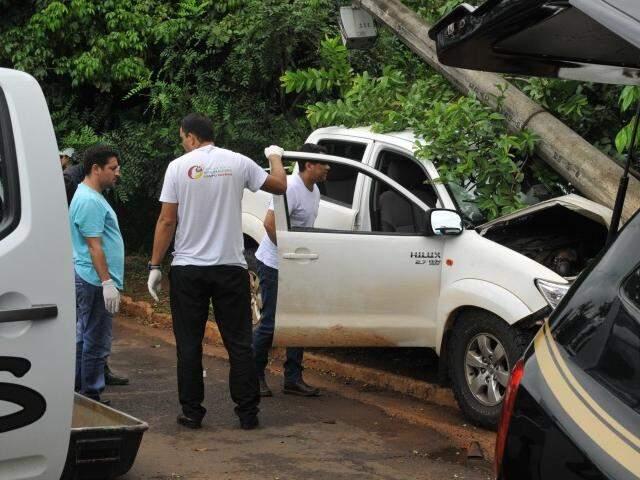 Momentos antes do corpo do empresário ser retirado da camionete após a colisão. (Foto: Alcides Neto)