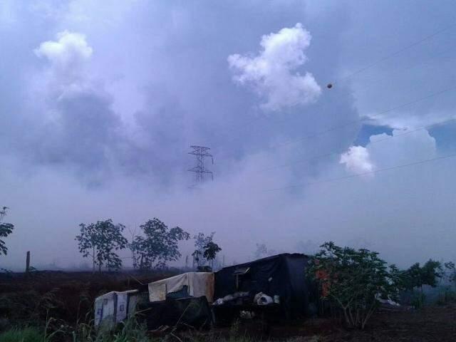 Incêndio atingiu acampamento de sem-terra, mas não há feridos (Foto: Wisley Weber/RIT TV)