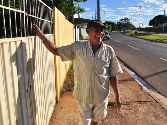 Waldir no portão de casa, com vista para Orla Morena. (Foto: João Garrigó)