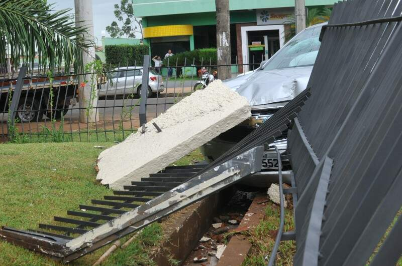 Grade de proteção também foi danificada. (Foto: Alcides Neto)