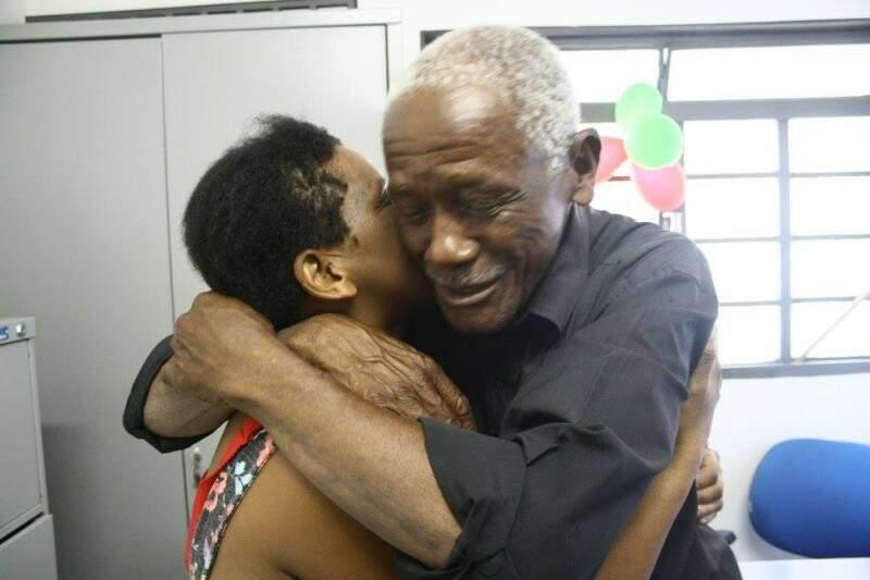 Aposentado reencontra a filha após 15 anos e se emociona (Foto: Marcos Ermínio)