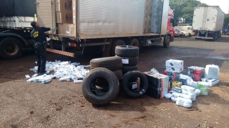 No caminhão havia 700 caixas de cigarro, 28 pneus, além de produtos eletrônicos diversos (Foto: Divulgação)