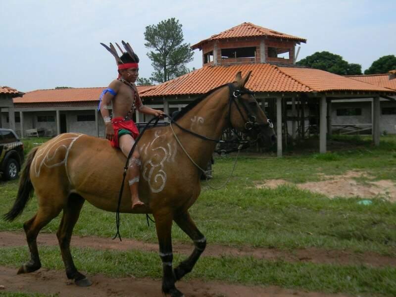 Competição de montaria durante 1° Festival da Cultura Guaicuru-Ejiwajegi Kadiwéu, aldeia Alves Barros, em Bodoquena (Foto: Sidney Albuquerque)
