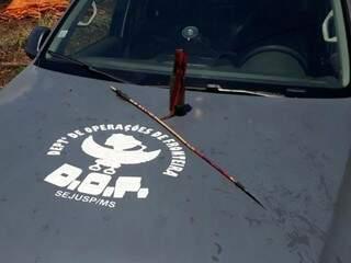 Flecha e garrafa com combustível usada como bomba caseira, recolhidos em local de confronto (Foto: Direto das Ruas)