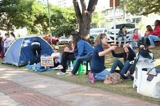 Professores voltaram a colocar barracas em frente a prefeitura. (Foto:Fernando Antunes)