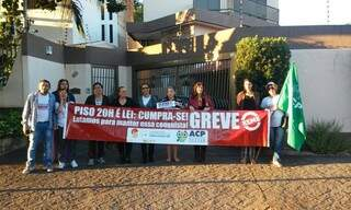 Manifestantes amanheceram em frente a casa do prefeito. (Reprodução Facebook)