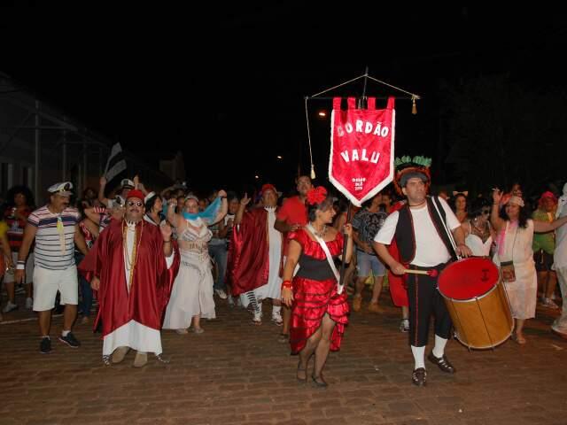 O cordão Valu, já conhecido em Campo Grande, abriu a passagem dos foliões. (Fotos: Viviane Oliveira)