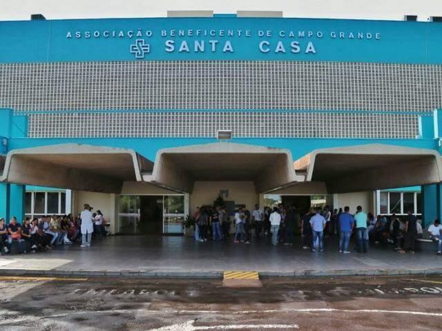 Funcionários estão parados em saguão do hospital. (Foto: Fernando Antunes)