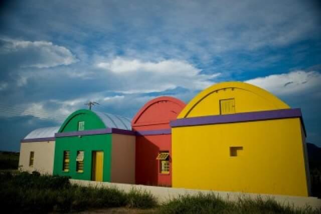 Casas têm formatos exóticos, com promessa de resistir a terremotos e vendavais. (Foto: Projeto Portal)