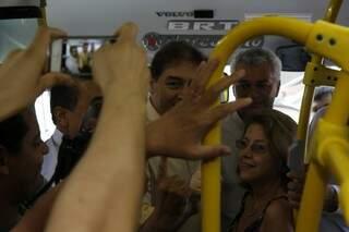 Bernal e presidente da Agetran andaram nos ônibus novos nesta segunda-feira (Foto: Cleber Gellio)