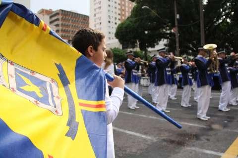 Desfile de aniversário atrai público estimado em 30 mil pessoas