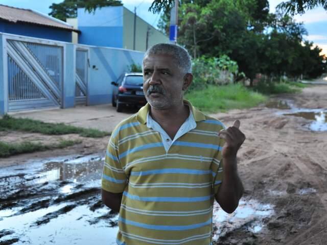 """""""O que a gente fica revoltado é que estamos pagando asfalto e não têm asfalto"""". (Foto: João Garrigó)"""