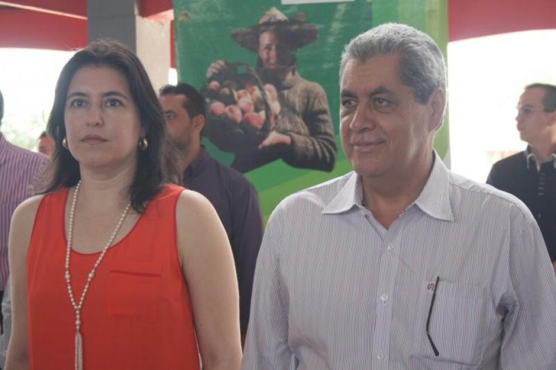 Ao lado da vice-governadora, Simone Tebet, Pucinelli participa da entrega de maquinários.(Foto: Marcos Ermínio)