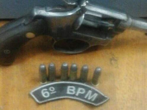 O revólver calibre 38 foi jogado numa mata pelo suspeito.(Foto: Divulgação)