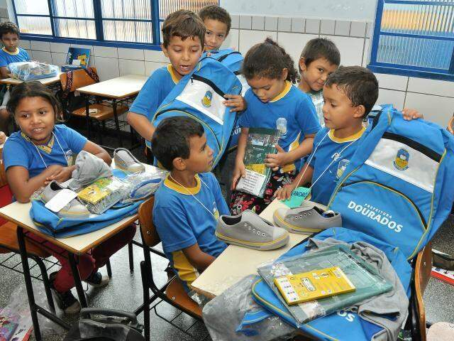 Até ano passado, prefeitura distribuiu kits de materiais a estudantes (Foto: A. Frota/Divulgação)