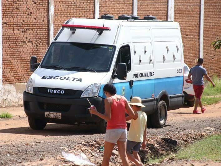 Veículo usado na transferência de presos circulando por ruas do Jardim Noroeste (Foto: Marcos Ermínio/Arquivo)