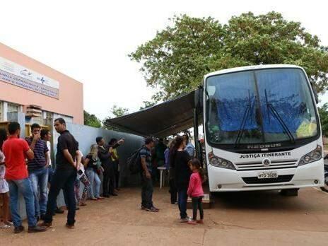 Ônibus da Justiça Itinerante durante atendimento (Foto: TJMS/Divulgação)