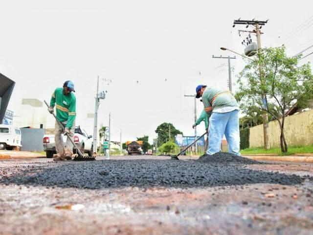 Trabalhadores fazem reparos na avenida Três Barras (Foto: Fernando Antunes)