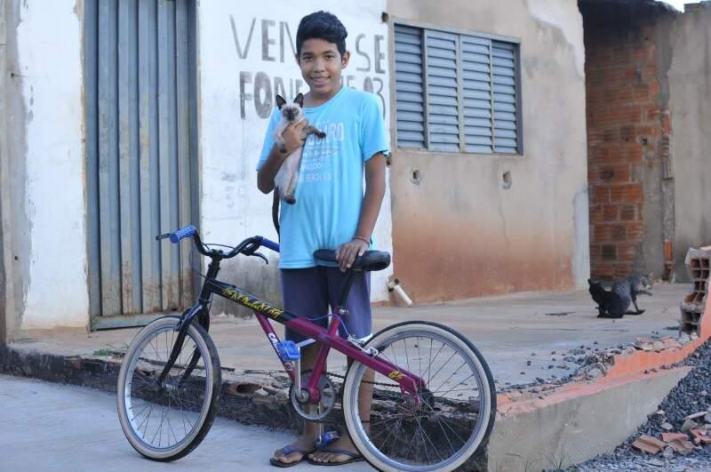 Nos últimos dois dias, a bicicleta continua lá, mas a casa está lotada de ração. (Foto: Alcides Neto)