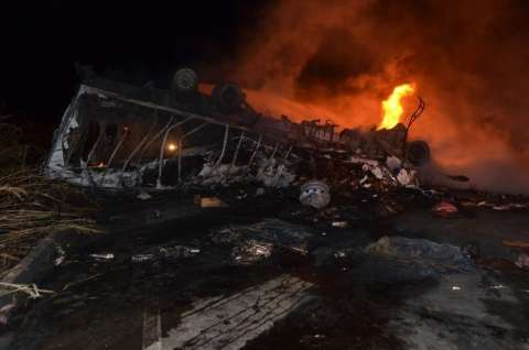 Possível embriaguez causa acidente, caminhões explodem e dois morrem