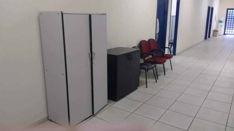 Móveis no corredor à espera de espaço no gabinete. (Foto: Richelieu de Carlo)