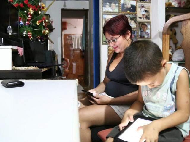 Lucimara Bueno e o pequeno Pedro aposentaram os computadores de casa em troca dos celulares. (Foto: Marcos Ermínio)