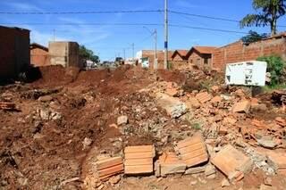 Entulhos que restaram no terreno, após a demolição (Foto: Marcos Ermínio)