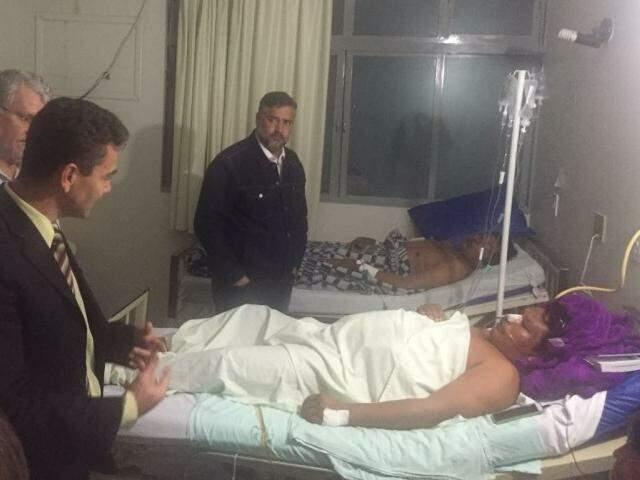 Deputados conversam com índios internados após sofrerem atentado em fazenda ocupada (Foto: Divulgação)