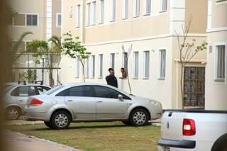 Meninas se comunicavam com vizinhos pela janela. (Foto: Fernando Antunes)