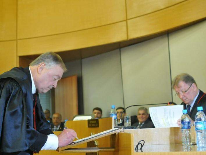 Desembargador Divoncir Schreiner Maran assinando termo de posse (Foto: Alcides Neto)