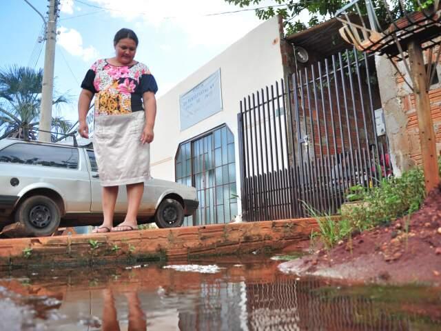 """""""Falam que vão arrumar, mas não arrumam"""", reclama Maria Zilda. (Foto: João Garrigó)"""