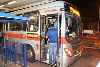 Antes usuário descia e pagava a passagem no terminal, hoje um funcionário entra no ônibus para vender o cartão. (Foto: Fernando Antunes)