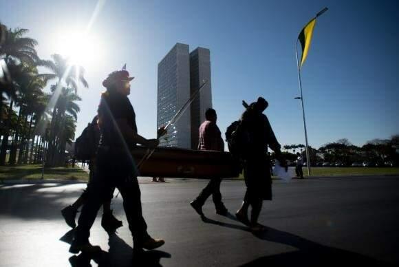 Índígenas protestam contra a morte do índio Simeão Vilhalva (Marcelo Camargo/AB)