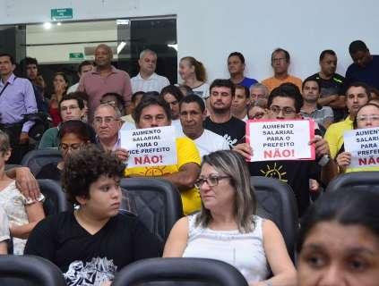 População protesta contra aumento de salário de prefeito e vereadores