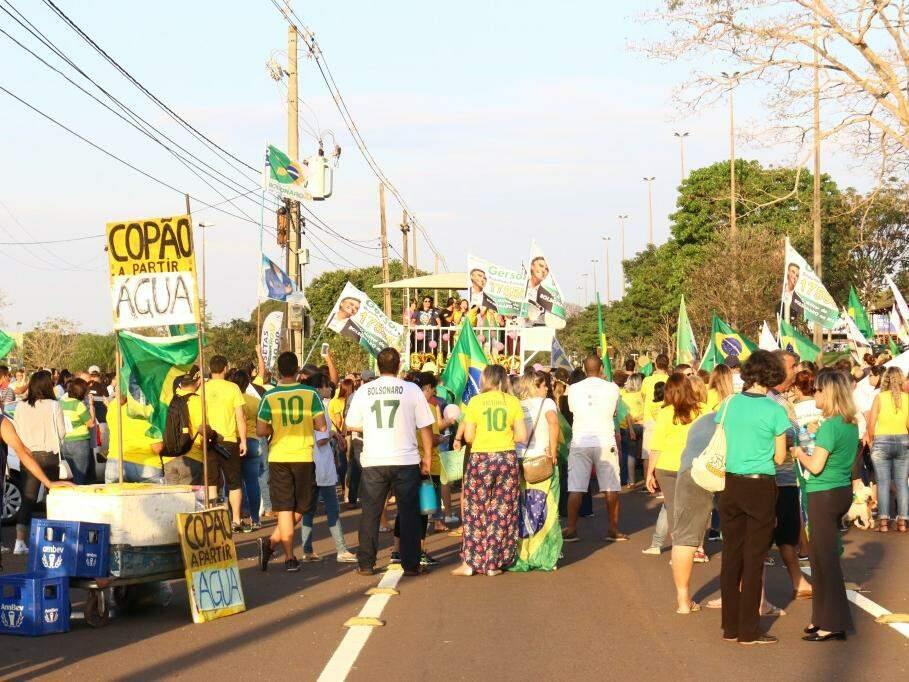 """No mesmo dia, em local oposto ao """"EleNão!"""", manifestantes nos altos da Avenida Afonso Pena. (Foto: Henrique Kawaminami/Arquivo)."""